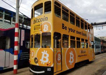 Tranvías de Hong Kong con los colores y el logo de Bitcoin BTC